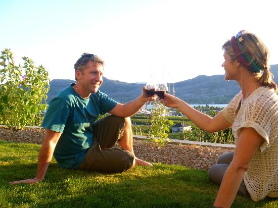 The White Horse Bed and Breakfast: wine at sunset in the gardems