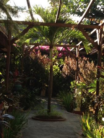 Villa Almarik Resort Lombok: giardino interno