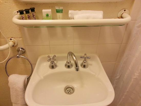 Aalberg Chalet Jindabyne: Soaps provided, which is always good. Rust showing