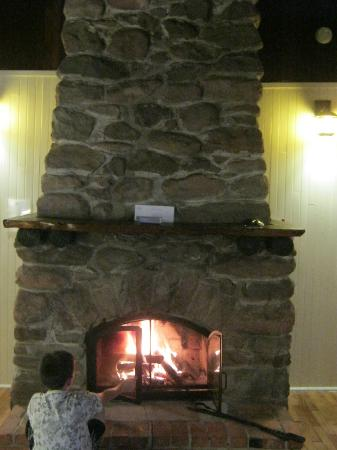Pictou Lodge Beachfront Resort: Blazing fire in cabin every evening