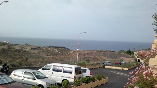 Bahia Principe Tenerife: Zona izquierda con caravanistas en una comuna y el tiro de arco fuera del hotel.