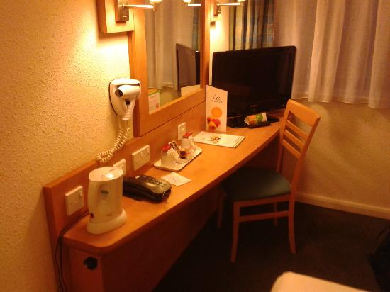 Campanile Hotel Milton Keynes - Fenny Stratford: The desk in the room