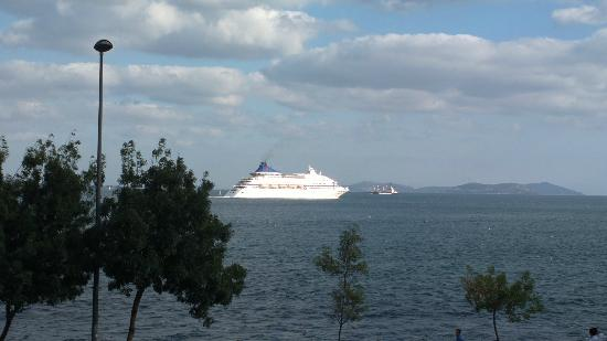 BEST WESTERN Citadel Hotel: A cruise passing the Bosphorus sea view from room
