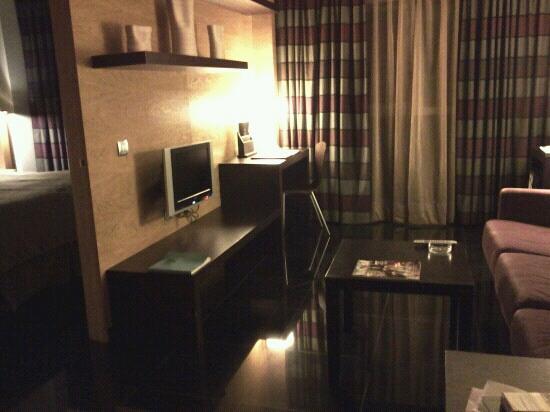 Hesperia Fira Suites: Salon Apartamento