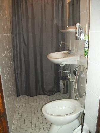 ‪هوتل فيجايا: Shower and toilet area. Room No 24