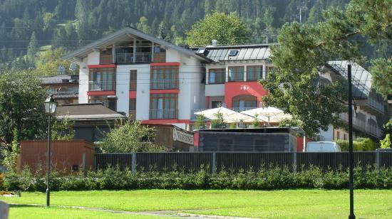 Hotel Schweizerhof Kitzbuehel, Sport- & Beautyhotel: View of the hotel from the park