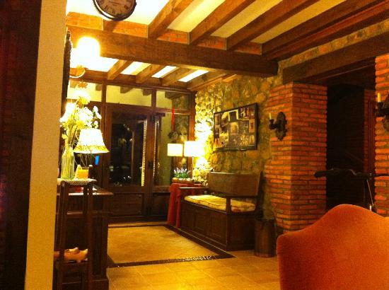 Posada Rural Caborredondo: salón -hall