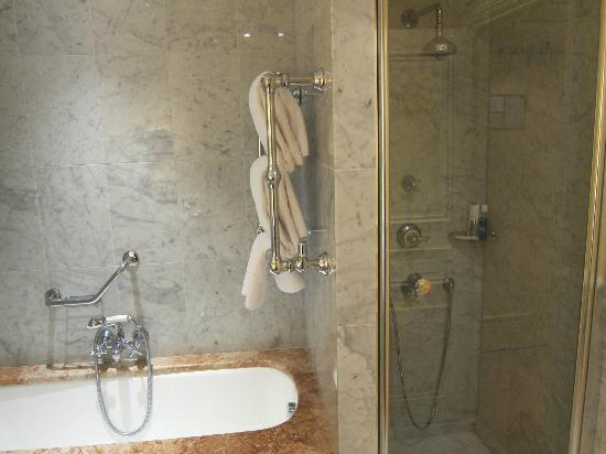 Hotel Lotti Paris: Bathroom with large Tub and Shower