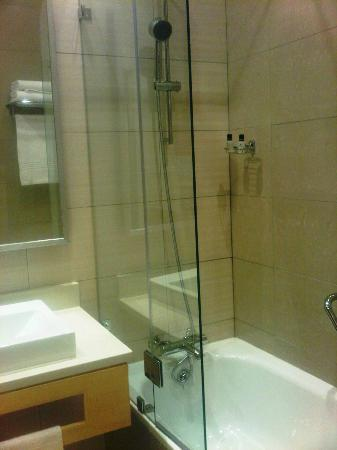 Masa Square Hotel: Bath tub and shower