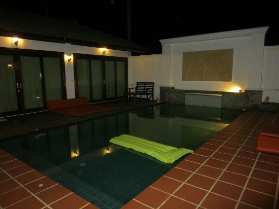 Samui Jean Resort : piscine de nuit