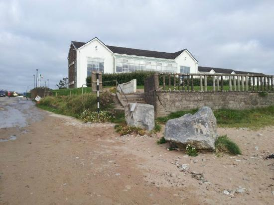 Quality Hotel & Leisure Center Youghal: Hotel from the beach