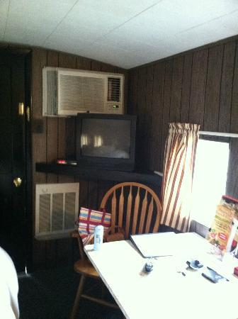 Red Caboose Motel, Restaurant & Gift Shop: another view of front room with dining table