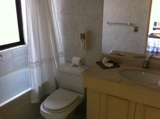 Hotel Neruda Express: Banheiro Espaçoso e Limpo