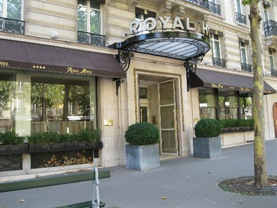 Royal Hotel Paris Champs Elysees: Front of the hotel