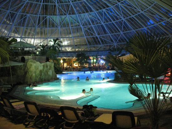 Erding, Duitsland: piscina interna by night