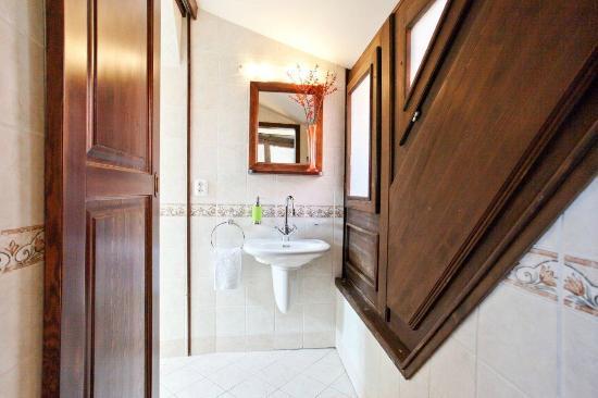 Residence Thunovska 19: En suite bathrooms in each apartment