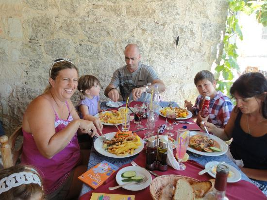 Yiannis Tavern: Lunchtime meze with the kids