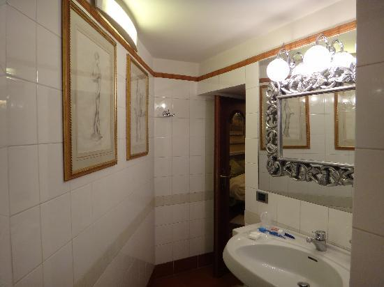 Hotel Farnese: Large clean bathroom with bidet and daily towel changes.
