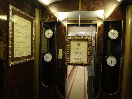 Hotel Farnese: Elegantly functional elevator.