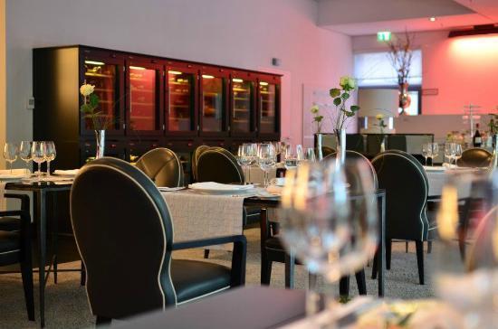 ZiN-ZiN: Restaurant / Weinschrank
