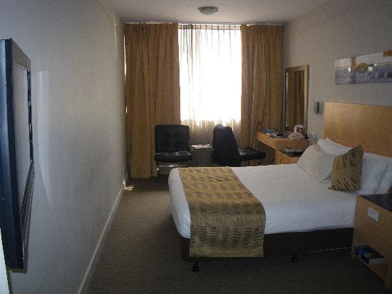 Perth Ambassador Hotel: Hotel room
