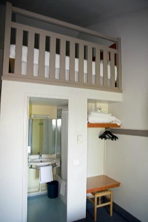 B&B Hotel Perigueux Boulazac: Upstairs & Bathroom