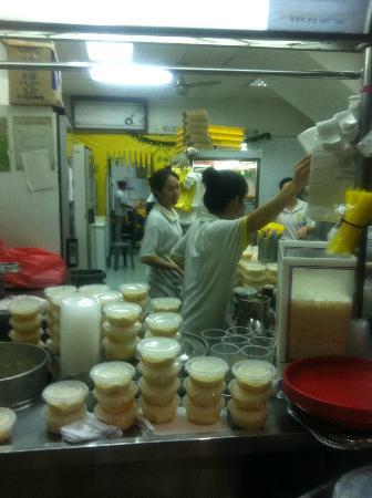 Rochor Original Beancurd : Rude China ladies serving