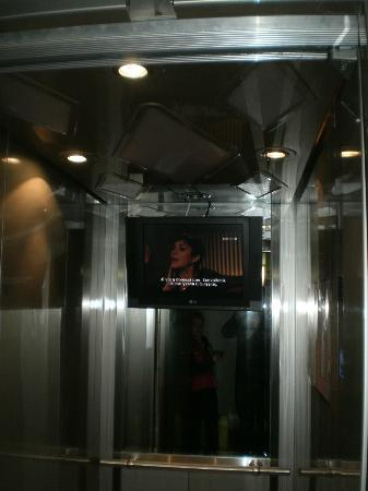 Komotini, Greece: Lift with TV!!