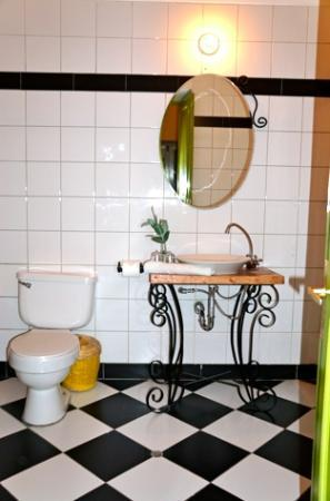 Ninos Hotel Fierro: Bathroom.