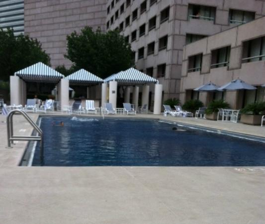 Hilton Houston Post Oak: Nice remodeled pool area.