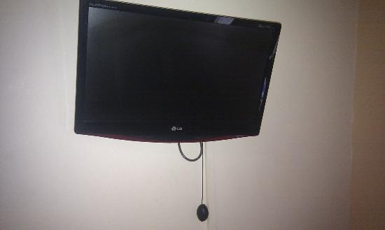 Muncaster's Coachman's Quarters: TV above child's bed that does not work