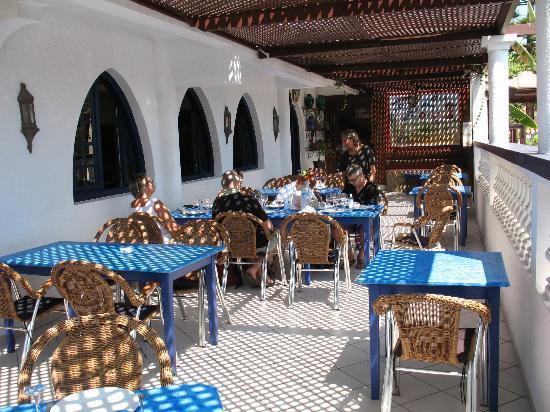 L'Initiale Hotel-Restaurant : Une partie de la terrasse