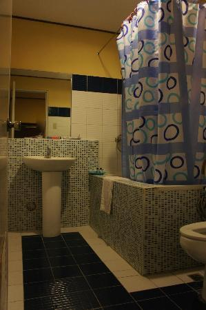 Vista Marina Hotel and Resort: subic park hotel bathroom