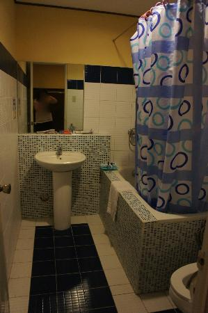 Vista Marina Hotel: sph bathroom