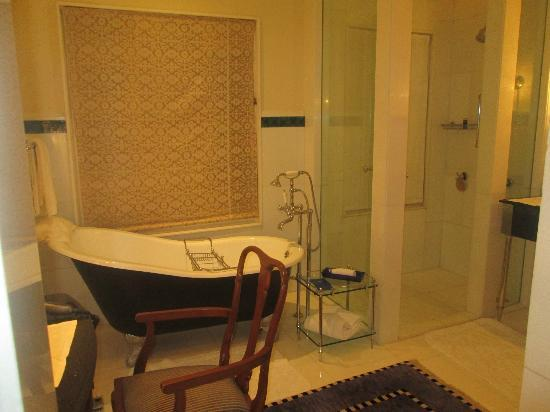 The Oberoi Udaivilas: bathroom