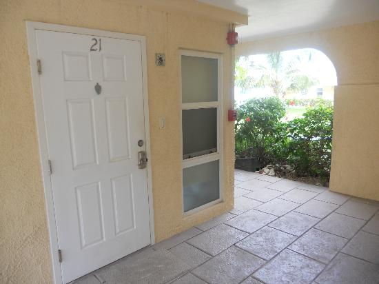 Cayman Reef Resort: Front door