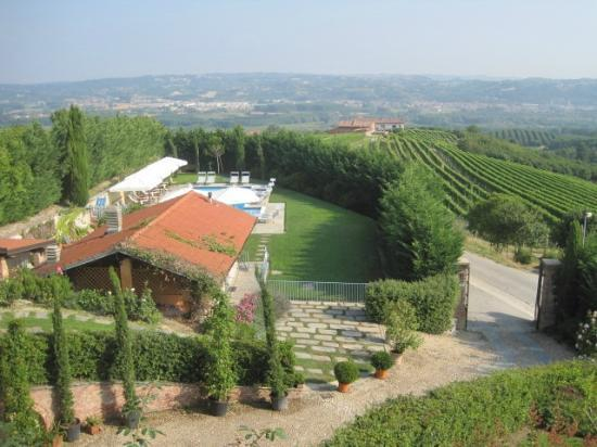 Bricco dei Cogni: Great view. Garden and pool.
