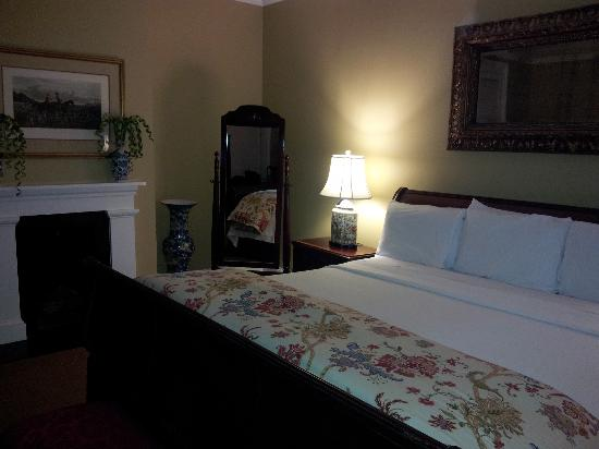 Presidents' Quarters Inn: King Room after turndown
