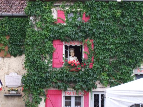 L`Auberge de la Fontaine : A baker in the window