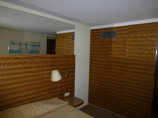 Ulemiste Hotel: Room: closet side