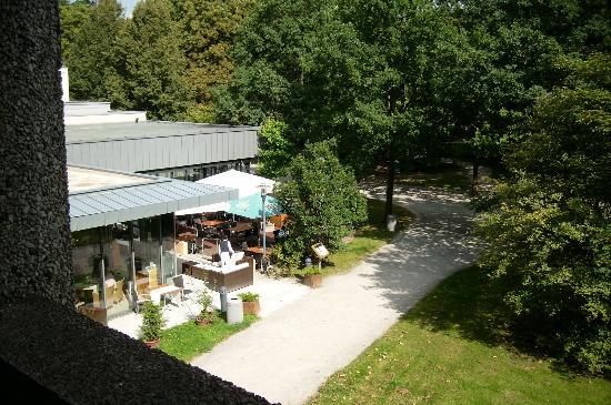 Leonardo Hotel Hannover: Blick vom Balkon auf Restaurantterrasse
