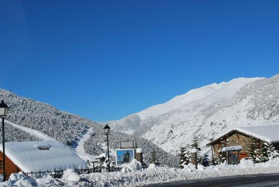 Hotel Roc de Sant Miquel: Snowy mountains