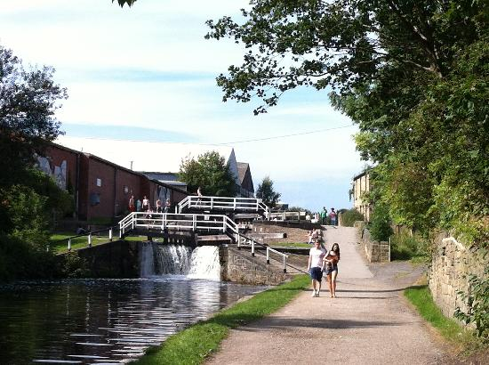 Leeds and Liverpool Canal: Oddy Locks
