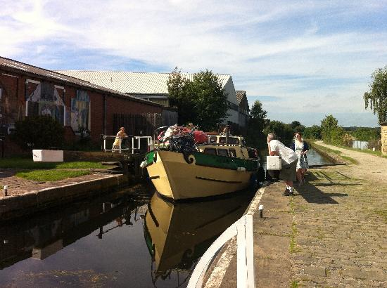 Leeds and Liverpool Canal: Boat on Oddy Locks