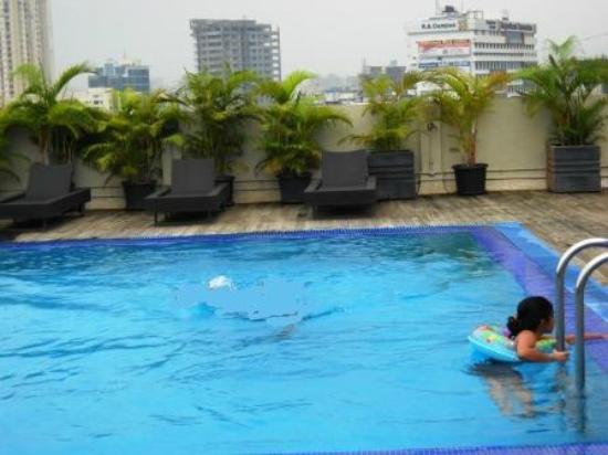 Radisson Mumbai Goregaon: Rooftop Swimming Pool