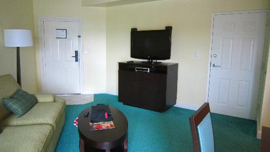 Atlantis - Harborside Resort: Living room - nice tv except the reception stinks