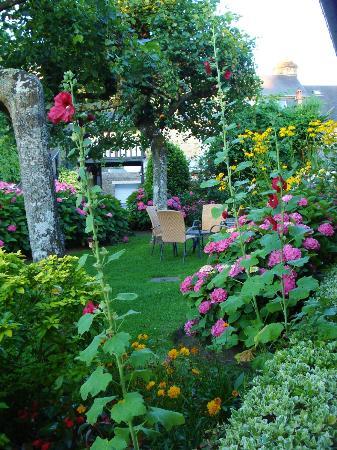 Hotel de la Croix d'Or : El jardin parece una pintura impresionista.
