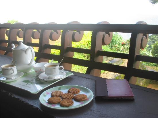 Kollenkeril Plantation Home-Stay Bungalow: Tea and cookies in a lovely place