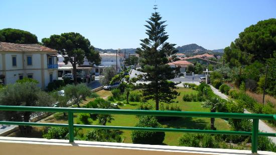 Anita Apart Hotel: garden in front of apartments with road in the distance