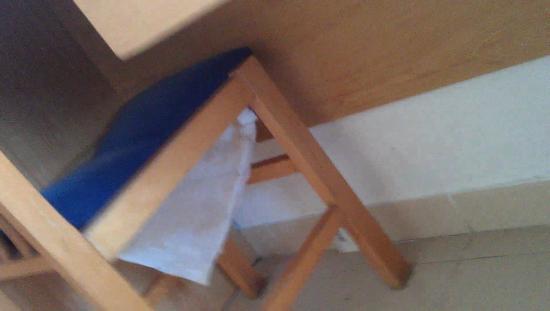 Hotel Esplai : broken chair